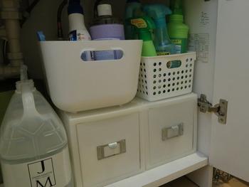 カゴや収納ボックスを使って整理しても、何だかスッキリしない…ということはありませんか? キチンと整理しているのにゴチャゴチャして見えるのは、統一せずに形や色の違う容器を使っているのが原因かも。 色を揃えるだけど、すっきりと見えますよ◎