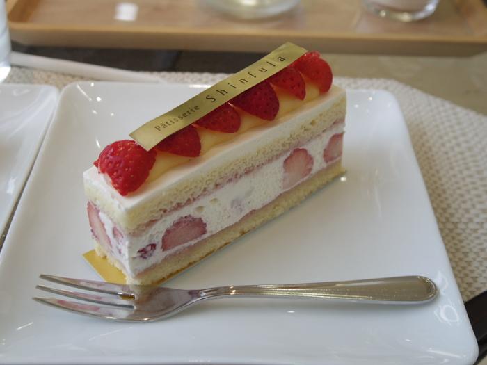 少なめのスポンジと軽めの生クリームの「SSC(ストロベリー・ショート・ケーキ)」は、ジューシーなイチゴの果汁を味わえる、口どけの良いケーキです。