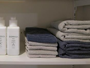キレイに見せるには、色の統一感は大切。スッキリ片付いて見せるには、タオルを購入する際の色選びも大切なポイントですね。