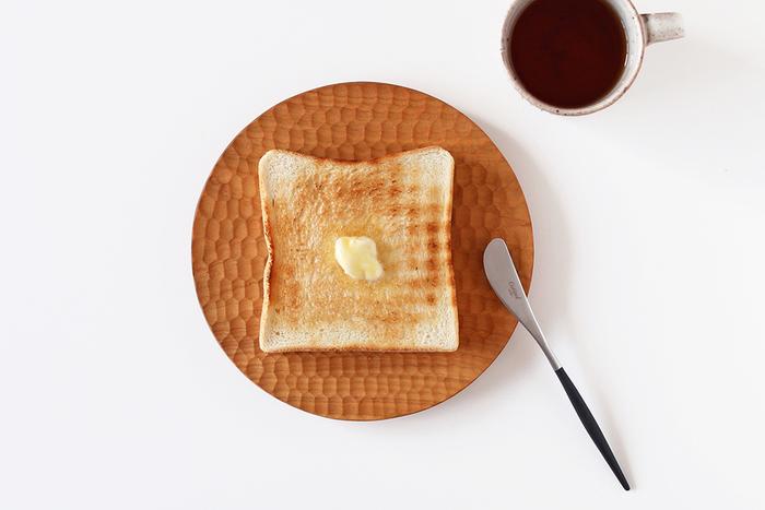 こんがり焼けたトーストが似合う高塚さんのパン皿。シンプルに焼いた食パンをひとつ載せただけで、こんなにサマになります。木が湿気を調節してくれるので、パンが蒸れずに最後までカリカリの焼き目を楽しめるのもポイント。
