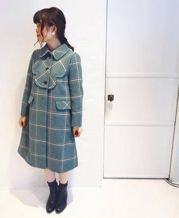コートドレスのような愛らしいチェック柄のコートは、ボタンをきちんと締めて、ショートブーツで大人ガーリーに着こなして。レザーショートブーツで大人っぽく引き締めて。