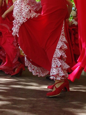 体型維持にジムでトレーニングに励む方は多いと思いますが、綺麗な身体を作るのにダンスが良いともいわれます。特にフラメンコは足でリズムをとる独特の動きが、背筋のピンと張った美しい身体を作ってくれます。衣装もとても鮮やかで美しいですね。年齢とともにダンスの表現の仕方も違ってきますし、踊りのある日常生活もとても楽しいでしょう。