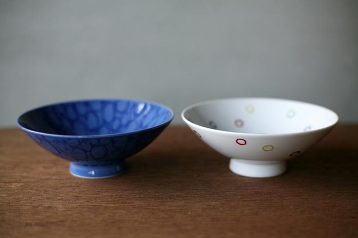 白山陶器のご飯用お椀です。こちらは直径が広く、平っべったい形がポイント。ご飯を盛った時によりおいしく見えるのだそう。陶器の質感は落ち着いた安定した雰囲気を作り上げます♪