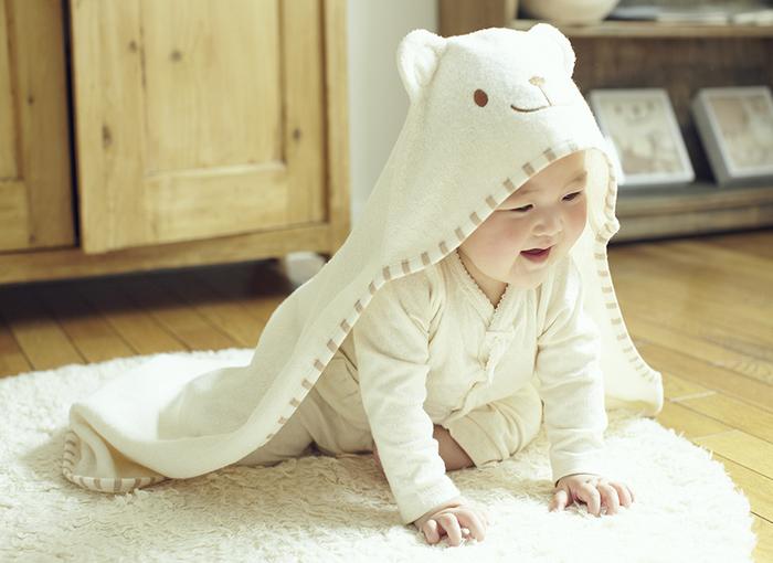 オーガニックコットン100%のパイル素材でできたクマさんのおくるみです。赤ちゃんをくるんだだけでもたまらなく可愛いですが、お風呂上がりのバスタオルやお昼寝ブランケット、外出先での風よけなど、いろいろな場面で大活躍します。
