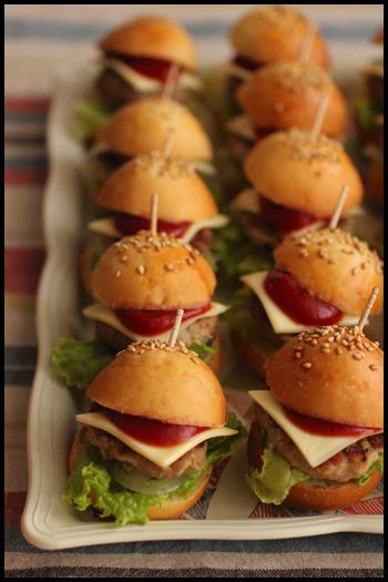 ミニハンバーガー、可愛いですね♪満腹にならないくらいのサイズで、軽く食べられるのがフィンガーフードならでは。これなら他のお料理も色々とつまめそうです。