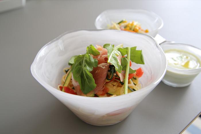 ボウルは素材がガラスになると、ガラリと印象が変わります。涼やかなたたずまいは、サラダや冷製のパスタやスープ、フルーツなどにぴったり。ハンドメイドならではのランダムな形やマーブル模様が印象的です。