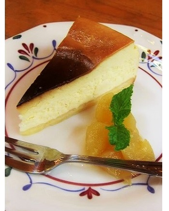 4種類のケーキから、こちらは「チーズケーキ」。添えられたのは柔らかく煮たりんご。(筆者撮影)