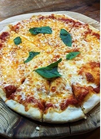 「マルゲリータ」。清流の魚・岩魚がまるごと1匹使われる「岩魚(イワナ)と高原野菜の和風Pasta」もあります。