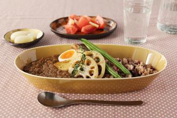 こちらは「うす飴」と呼ばれる薄い飴釉。根菜などほっこりとした食材に合う一皿です。