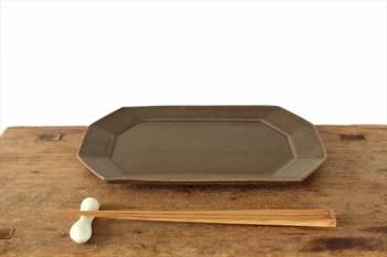 長皿というと四角がスタンダードですが、こちらは風水でも縁起良しの八角プレート。深い茶色が焼き魚を際立ててくれそうです。