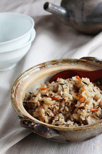 鍋物以外にも、秋の味覚をたっぷりと使った炊き込みご飯を炊くのもおすすめ。土鍋を使うことで、ふっくらと炊き上がり、火加減を調節すればこんがりおこげも楽しめます。