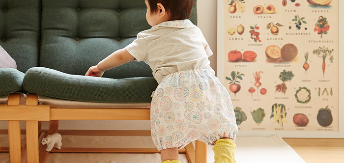 赤ちゃんのおむつをカバーする、肌当たりが優しいダブルガーゼ素材のブルマです。ゆったりとしたフリーサイズなので動きやすく、ハイハイ期から歩き始めまで使えるそう。後ろ姿のぽっこりしたお尻、なんとも愛らしいですね。
