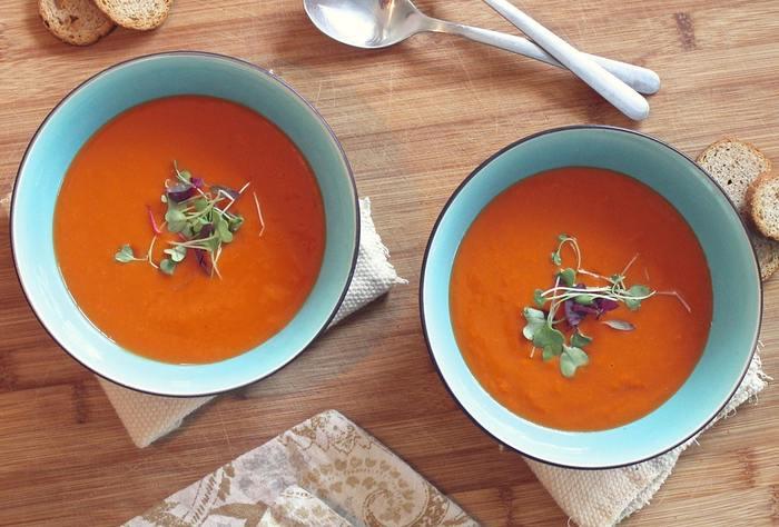 季節が変わると、ファッションやインテリアだけでなく、食卓にも旬のメニューが並びはじめますよね。今回は、お鍋やスープ料理、ホットドリンクなど秋の旬を味わうための、おすすめのテーブルウェアをご紹介します。