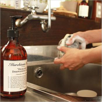 手に優しい食器洗い洗剤の一つとしておすすめしたいのが、「Murchison-Hume(マーチソンヒューム)のディッシュウォッシュ・リキッド」。ココナッツオイルやさとうきびなどの植物を原料として作られている洗剤です。  この洗剤の界面活性剤の含有量は、通常の食器洗い洗剤の半分以下なのだそう。保湿成分も含まれているので、手にとっても優しいです。パッケージもオシャレなので、インテリアの一部としても楽しめて嬉しいですね。