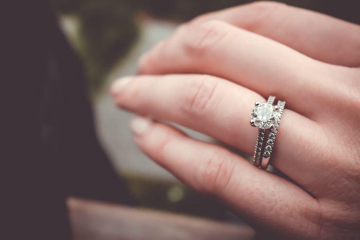手の彩りを表現できるのは、ネイルだけではありません。手のアクセサリー・指輪でも、おしゃれでキレイな手元を演出できます。派手な指輪をする必要はありません。シンプルな指輪でも、ちょっとアクセントの入ったものをはめれば、美しい手元に大変身します。