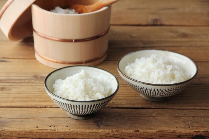 飛び鉋を施した小鹿田焼のおとな茶碗は、江戸時代から変わることなく受け継がれてきた伝統の技が光ります。手に持ってみるとほっこりと温かみが感じられます。