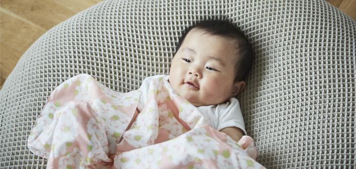 昔ながらの正方形のおくるみでほどよく巻いて手足を固定してあげると、新生児の赤ちゃんも安心してスヤスヤ眠ってくれると言われています。ふんわり柔らかな二重ガーゼのおくるみは、吸水性や通気性も高く、赤ちゃんを包んであげるのにはやっぱり最適ですね。