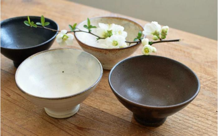 粉引・黒・恋砂・茶の4色があり、同じお茶碗でもそれぞれ異なる表情が楽しめます。落ち着いた色合いは、秋の食卓にぴったりです。