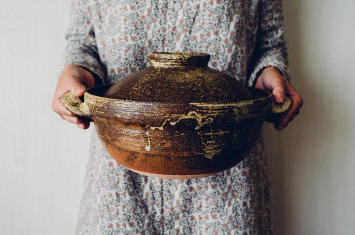 釉薬の流れも美しく、どっしりとした存在感もいいですね。大と小の2サイズで、大は五合炊き、小は三合炊きになっています。もちろんご飯だけでなく、冬にはお鍋にも大活躍してくれますよ♪