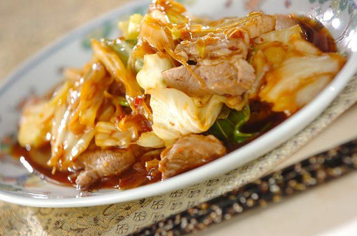 中国の回鍋肉は激辛ですが、日本では豆板醤とともに甜面醤を使って少し甘めの味にすることが多いですね、また、本場では皮付きの豚のかたまりをゆでたり蒸したりして使うとか。日本でもかたまり肉を使うと、本格的な味に近づけそう。ちなみに中国ではキャベツではなく、葉ニンニクを使うそうです。