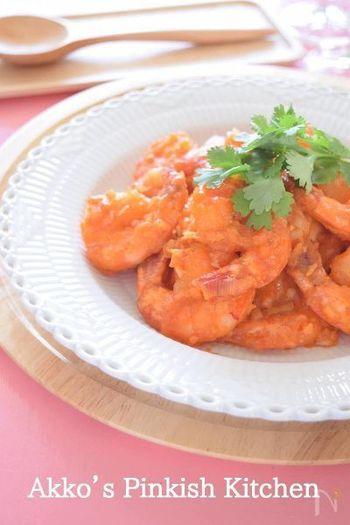 日本の海老チリソースは、中華料理人の陳建民さんが四川料理の乾燒蝦仁(カンシャオシャーレン)をアレンジして伝えたものだとか。豆板醤に慣れない日本人のためにケチャップなどを入れて辛みを抑えたそうです。いまでは、すっかりおなじみの味ですね。
