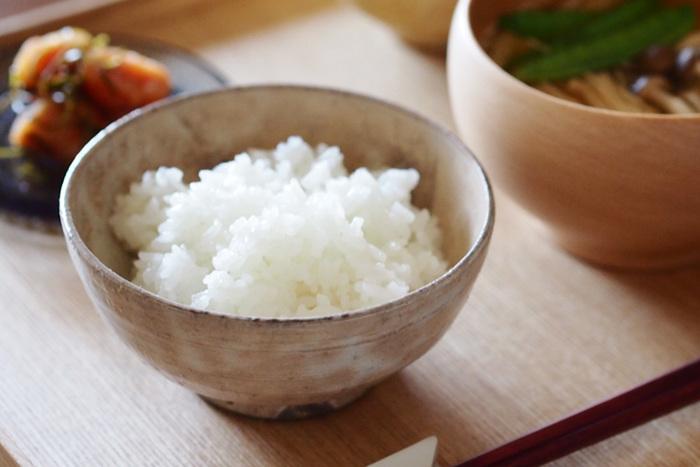 THE 飯茶碗は、清水・有田・益子・瀬戸・信楽の5つの産地で作られています。持ちやすさにこだわって制作されているため、口径12cm・高さ6cmの手にしっくりと馴染みやすい形になっています。
