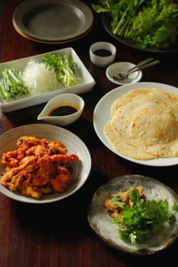 春餅(チュンビン、チュンピン)は、中国の北部で立春に食べるクレープのようなもの。肉や野菜、卵などを巻いて食べます。本来は季節の行事食ですが、いろいろ包んで楽しめるスタイルは、パーティーなどにもおすすめ。甜面醤の甘みのあるタレが、いい味わいを添えます。