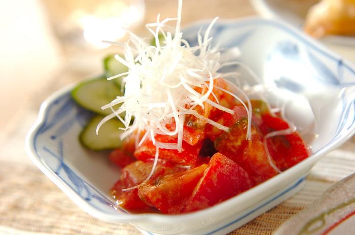 トマトなどの野菜に芝麻醤のタレを和えるだけで、濃厚なごまのうまみとコクがきいた充実の一品になります。サラダというよりも、むしろ前菜。おつまみにもなる深い味わいが、手間いらずでできあがり。