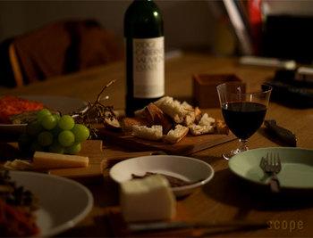 TIME&STYLEシリーズは、上記のヴィノーズとは反対にお酒ごとに合うようデザインされたグラス。5種類あるうちのAYE(アイ)は、背の低さが特徴のかわいいワイングラスですが、もちろん他の種類のグラスでワインをいただくのも◎そのひとのスタイルでいただきましょう。