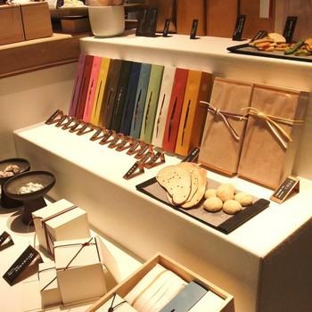 「銀座 HIGASHIYA」は、2003年創業の新しい和菓子店。味はもちろんですが、スタイリッシュなパッケージの和菓子は、若い方からも支持されています。茶房が併設されているので、買物のついでに立寄りたくなります。