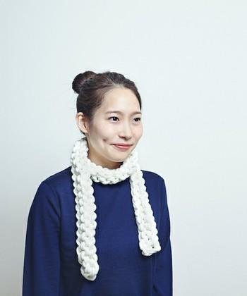 ボコボコとした質感が印象的なAMOのチューブマフラー。淡路島の職人が手編みで1本ずつ作り上げており、糸はリリアン編みで二重構造になっているので、軽くてふわふわ。肌に触れる部分は梳毛ウール100%でやわらかく、中はポリエステルで暖かいのがうれしいポイントです。