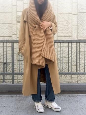 ボリュームのあるローゲージニットのマフラーは、ロングコートと同色にすることですっきりとした着こなしになります。足元は、裾を折って短めにしたジーンズと、白いハイカットのコンバースで軽やかさを添えましょう♪