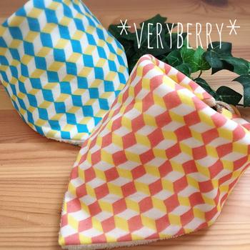 Wガーゼと無撚糸タオルが表裏になった肌触りの良いタオルですが、角にループとボタンが付いているので、三角形に折って留めるとバンダナスタイにもなります。お出かけ先での食事など、服を汚したくない時にはスタイとしてさっと付けられてとっても便利です。