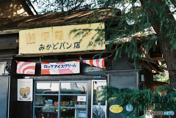 隣に建つ「みかどパン店」も、昔ながらの雰囲気が素敵です。ヒマラヤ杉ラスクとクッキーが人気です。