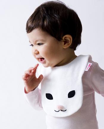 うさぎさんの顔がそのままよだれかけになったアニマルシリーズ。ほかにもフクロウや子鹿などがあり、どれもインパクト抜群ですが、赤ちゃんのお肌をいたわる丸型マジックテープなど、細かな気遣いと丁寧な仕事が光る日本製のスタイです。