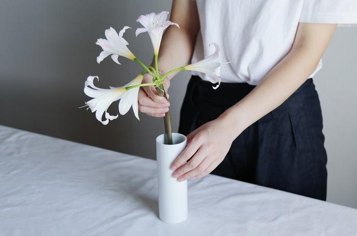 萎れた花を取り除いていくにつれ、ボリュームが減って寂しいなと感じた時は茎を短く切って丈の低い花瓶に移してみましょう。全体のバランスがとれ、最後の一輪まで美しい状態で楽しめますよ。また、香りがとても良い花なのでリラックスタイムを過ごす部屋に飾ると癒されます。