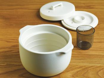 内蓋と外蓋の2重構造で吹きこぼれを防ぎます。土鍋には珍しい、内側に水量の目安のラインが入っているので、水加減を調整するのに便利です。
