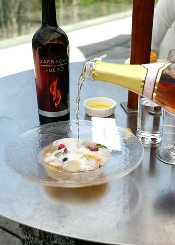 """併設の「レストラン アレイ 」や「カフェ チューン 」では""""アートを食す""""ようなメニューがあり、贅沢な時間を過ごせそうです。 こちらは、ノンアルコールのスパークリングワインをかける演出が嬉しいデザート「睡蓮」。"""