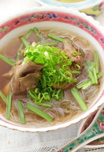 スペアリブを香り高い八角やネギなどとじっくり煮込んで作る肉骨茶(バクテー)は、シンガポールで人気の煮込み系スープです。春雨を入れて頂きたい一品です。