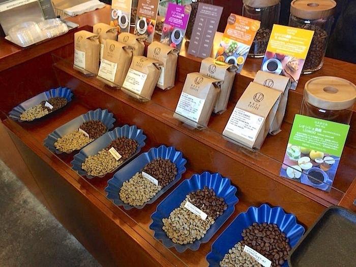 シングルオリジンで有名な「NOZY COFFEE」は、コーヒー本来の味にこだわる人の間で注目されている名店です。シングルオリジンとは、その年の、その土地の、その豆にしかない風味を楽しむためにブレンドしていないコーヒーのこと。  コスタリカやニカラグアなどの豆を一番おいしく淹れられるように焙煎しています。豆によって見た目もずいぶん違いがあるのが分かりますね。