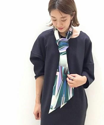 一見スカーフと見間違える細長いシルク素材のマフラー。シックな幾何学模様やカラーで、大人な雰囲気を演出してくれます。エレガントやレトロなコーディネートに合わせられる、大人にこそ似合う上品な質感。旬の巻きモノとしてもぜひトライしてみてください。
