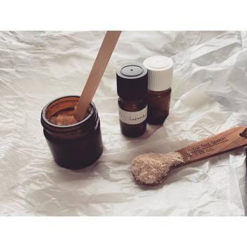 """スクラブは""""食べれるもの""""で、簡単に手作りすることもできますよ。オリーブオイルやココナッツオイルをベースに、砂糖、はちみつなどを入れて混ぜるだけ。お好みでエッセンシャルオイルを入れて香り付けしてもいいですね♪砂糖は肌の温度で溶けるので、塩に比べて刺激が少ないのがおすすめ。  *お肌に合うか試してから使用してくださいね♪"""