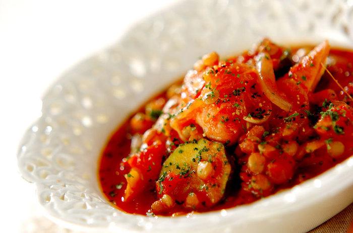 フランス、ラングドック地方の伝統的な煮込み料理は、たくさんのお豆がお肉や野菜の旨味をたっぷり吸ってとっても美味しい!フランスパンやチーズ、そしてワインとの相性抜群です。