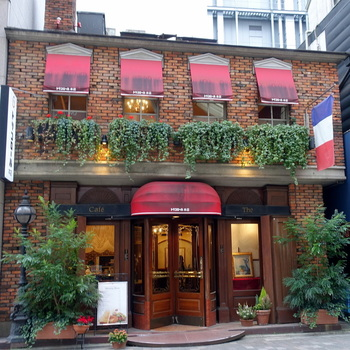 まるで、パリにいるような古木と煉瓦の重厚な温もりを感じられる外観が印象的なお店がこちらの「トリコロール」。