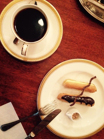 トリコロールで是非頂いて欲しいのが、注文してからクリームを注入してくれるエクレアです。サクトロの中から出てくる優しい甘さのクリームが、ゆっくり煎れられたコーヒーと見事にマッチング。