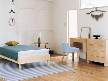 こちらのお部屋に置かれているのは、先ほどと同じデザインのドレッサー&チェスト。素材が違うだけで、雰囲気がこんなに変わります。床やベッドの素材がナチュラルなので、ドレッサーもナチュラルな物の方がよく合いますね。