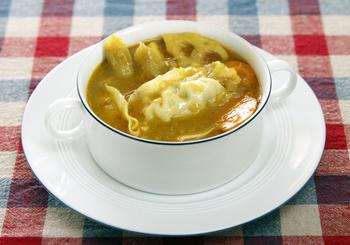 食物繊維たっぷりの根菜にカレースープを合わせた斬新な一品。チルド餃子を加えてボリューム感アップ。
