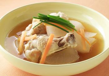手羽元から出るうまみをスープに閉じ込めた和風スープ。しっかりと味がついた透き通ったスープは、おもてなしのシメとしても喜ばれそう。