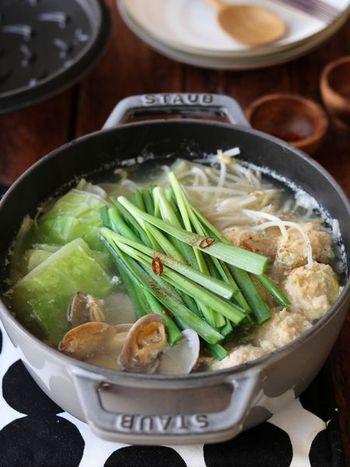 鶏とあさりの旨みが凝縮された、野菜もたっぷりいただけるちゃんこ鍋は、塩味であっさりなのに濃厚!体を温めてくれるレシピです。