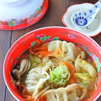 キャベツをたっぷり入れたスープに餃子をプラスして、一皿で栄養満点。お子さまも喜んで野菜を食べてくれそう。